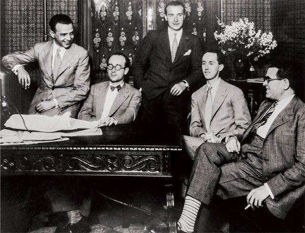 Fernando Remacha Grupo de los Ocho taldeko lau kiderekin: ezkerretik eskuinera, Julián Bautista, Rodolfo Halffter, Gustavo Pittaluga, F.R. eta Salvador Bacarisse, Union Radio estudioetan Madrilen, 1931n.